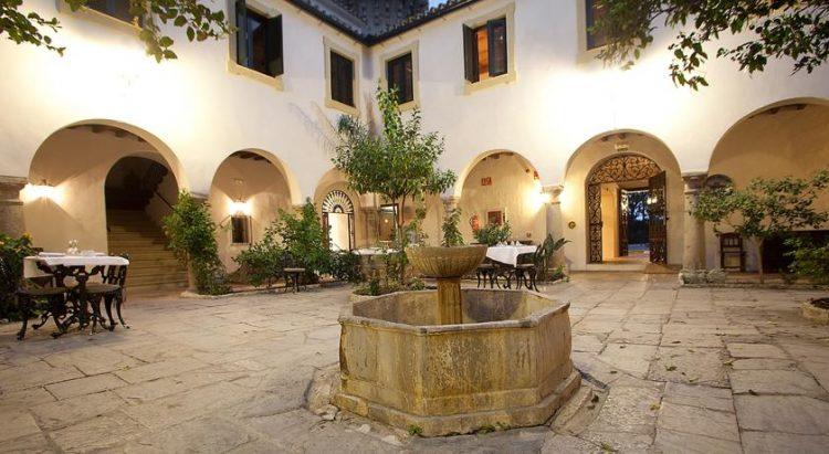 Innergården på Hotel Monasterio, i Almoraima välsignelse ceremoni engelska spanska franska