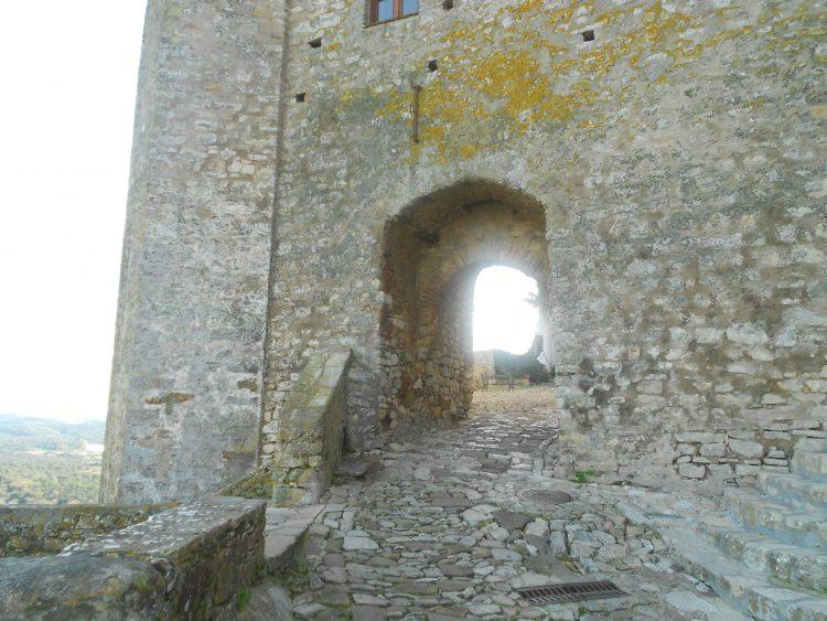 Ingång till slottet Castellar de la Frontera. välsignelse ceremoni engelska spanska franska